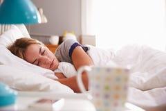 уснувшие детеныши женщины кровати Стоковое фото RF