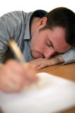 уснувшие подряды упали детеныши таблицы человека подписывая Стоковые Фотографии RF