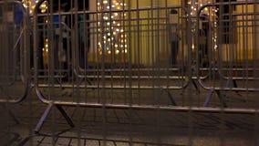 Усовик безопасностью разделяя дорогу и мостоваую во время общественного чествования в городе видеоматериал