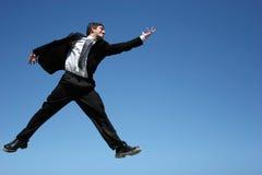 успех бизнесмена скача стоковое фото