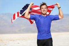 Успех - выигрывая бегун веселя с флагом США стоковая фотография