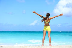 Успех выигрывая счастливые оружия женщины фитнеса поднятые вверх Стоковые Фотографии RF