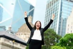 Успех в бизнесе - праздновать коммерсантку стоковое фото rf