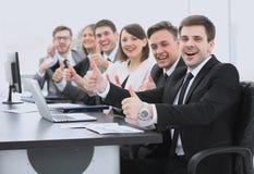 Успех в деле дружная команда дела держа большие пальцы руки вверх Стоковое Фото