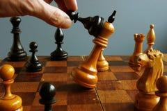 Успех в деле и конфронтация в конкуренции Пешка выигрывает короля стоковое фото rf
