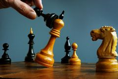 Успех в стратегии конкуренции Возможность дела Пешка выигрывает в игре с королем стоковое изображение rf