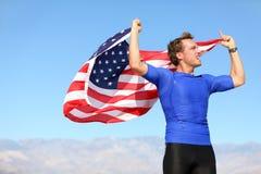Успех - спортсмен победителя веселя с флагом США стоковые фотографии rf