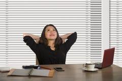 Успешная азиатская корейская работа бизнес-леди уверенная на современном столе компьютера офиса в приветственном восклицании женс стоковая фотография