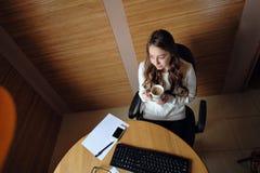 Успешная бизнес-леди работая на офисе на компьютере Стоковые Изображения