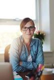 Успешная бизнес-леди работая на офисе Стоковые Фото