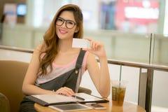 Успешная бизнес-леди работая на офисе Стоковая Фотография RF