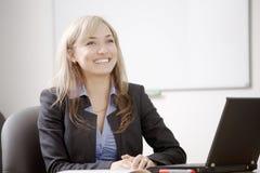 Успешная бизнес-леди работая на офисе Стоковая Фотография
