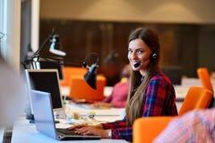 Успешная бизнес-леди работая на офисе Стоковое Изображение RF
