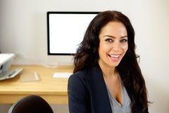 Успешная бизнес-леди сидя в офисе Стоковое Фото