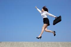 Успешная бизнес-леди скачет Стоковые Изображения RF