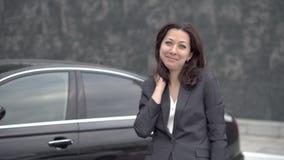 Успешная бизнес-леди стоя около автомобиля сток-видео