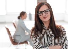Успешная бизнес-леди на запачканной предпосылке офиса стоковая фотография rf
