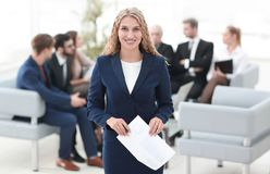 Успешная бизнес-леди на предпосылке команды дела Стоковое Изображение