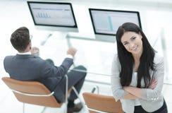 Успешная бизнес-леди стоя около современного рабочего места Стоковые Фотографии RF