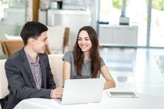 Успешная встреча! Молодые предприниматели сидящ на таблице Стоковое Изображение RF