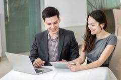 Успешная встреча! Молодые предприниматели сидящ на таблице Стоковые Фото