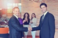 Успешная группа в составе бизнесмены на офисе Стоковые Фото