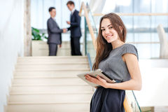 Успешная девушка! Бизнесмен женщины стоит на лестницах Стоковая Фотография