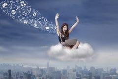 Успешная девушка посылая сообщение от облака Стоковые Изображения RF