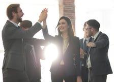 Успешная женщина водя бизнес-группу и смотря счастливый Стоковая Фотография