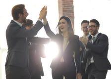 Успешная женщина водя бизнес-группу и смотря счастливый Стоковое Фото