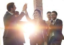 Успешная женщина водя бизнес-группу и смотря счастливый Стоковое Изображение