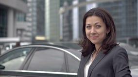 Успешная женщина в положении делового костюма видеоматериал