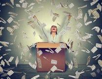 Успешная женщина приходя вне от коробки под дождем денег стоковое фото rf