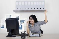 Успешная женщина с виртуальной диаграммой на мониторе Стоковые Фотографии RF