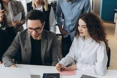 Успешная команда Группа в составе молодые бизнесмены работая и связывая совместно в творческом офисе стоковое фото rf