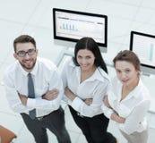 Успешная команда дела стоя близко рабочее место Стоковые Фото