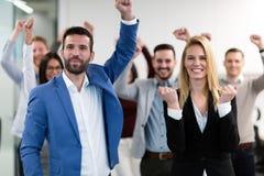 Успешная команда молодых предпринимателей перспективы в офисе стоковое фото rf