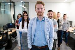 Успешная команда молодых предпринимателей перспективы в офисе стоковые фотографии rf