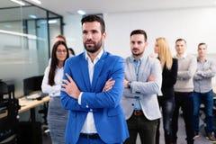 Успешная команда молодых предпринимателей перспективы в офисе стоковое фото