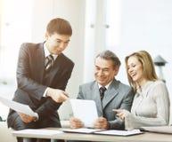 Успешная команда дела обсуждая рабочий план ` s компании Стоковая Фотография RF