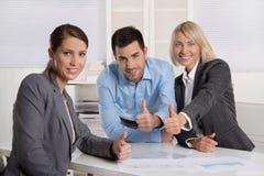 Успешная команда дела: человек и женщина делая большие пальцы руки вверх показывать стоковое фото rf