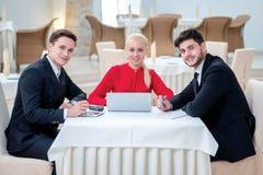 Успешная команда успешного бизнесмена 3 обсуждая работу Стоковые Изображения