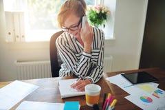 Успешная коммерсантка работая в домашнем офисе Стоковое фото RF