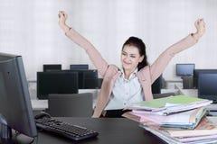 Успешная коммерсантка с сжатыми кулаками на офисе стоковые фотографии rf