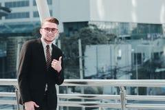 Успешная концепция торговца: инвестировать бизнесмена счастливый, растет m Стоковое Изображение