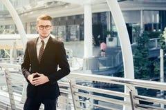 Успешная концепция торговца: инвестировать бизнесмена счастливый, растет m Стоковое Фото