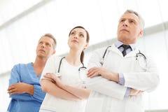 Успешная медицинская бригада. Togeth успешной команды докторов стоящее Стоковые Изображения