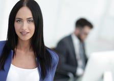 Успешная молодая бизнес-леди с очаровательной уверенно улыбкой Стоковые Изображения RF