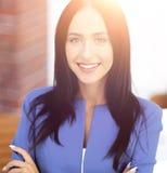 Успешная молодая бизнес-леди с очаровательной уверенно улыбкой Стоковая Фотография