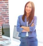 Успешная молодая бизнес-леди с очаровательной уверенно улыбкой Стоковые Фотографии RF